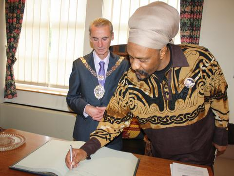 DUB BE GOOD TO BARRY: Town mayor Cllr Les Sword signs Yasus Afari in as an official visitor to Barry.