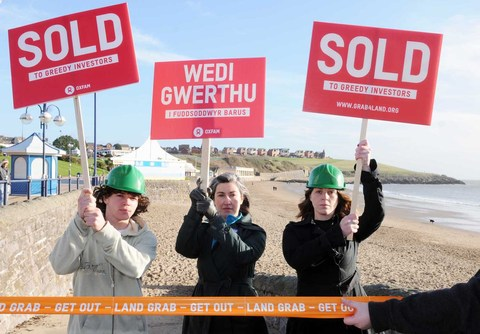 WELSH LANDMARK 'SOLD': Oxfam Campaigners at the 'sale' of Barry Island. Picture Glenn Edwards/Oxfam Cymru.